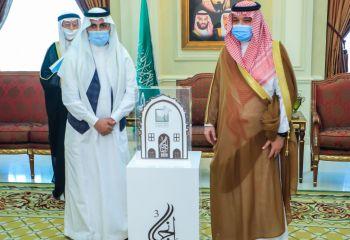 الأمير مشعل بن ماجد يكرم مركز حي المنتزهات النموذج