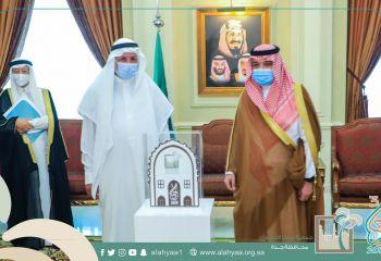 الأمير مشعل بن ماجد يكرم مركز حي النعيم